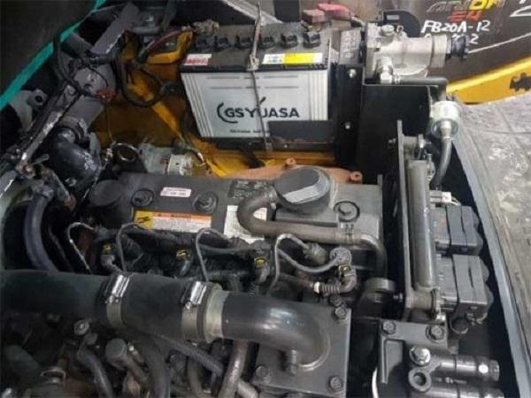 khoang động cơ xe nâng dầu komatsu 3.5 tấn