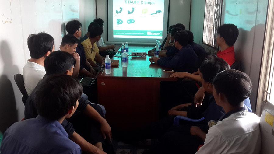 nhân viên nghe thuyết giảng về cách vận hành
