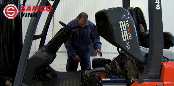 Kiểm tra nắp cabo xe nâng