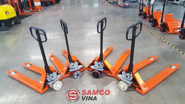 Xe nâng tay 2.5 tấn giúp người dùng có thể di chuyển vật dụng một cách dễ dàng