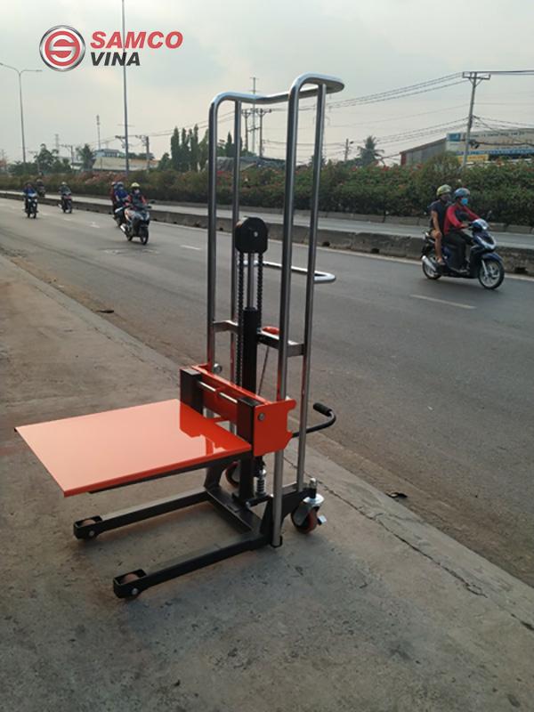 Xe nâng tay cao có thể chịu được trọng lực lớn lên đến 400kg