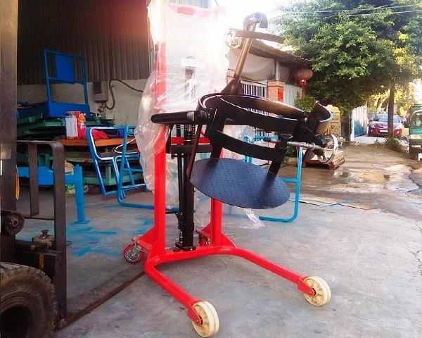 Một mẫu xe nâng thùng phuy trên thực tế