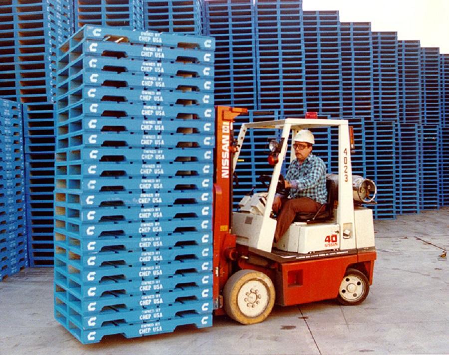 Pallet nhựa được dùng để vận chuyển trong kho bãi