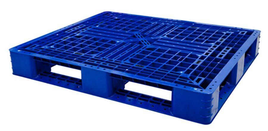 Pallet nhựa cũ có thể tái chế, thân thiện môi trường.